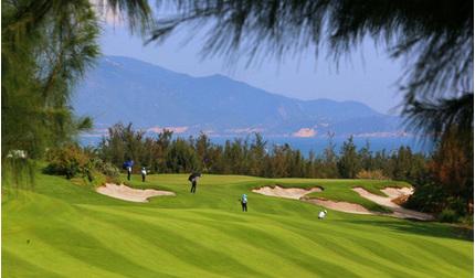 Tạm đình chỉ công tác Giám đốc Sở đi chơi golf giữa mùa dịch