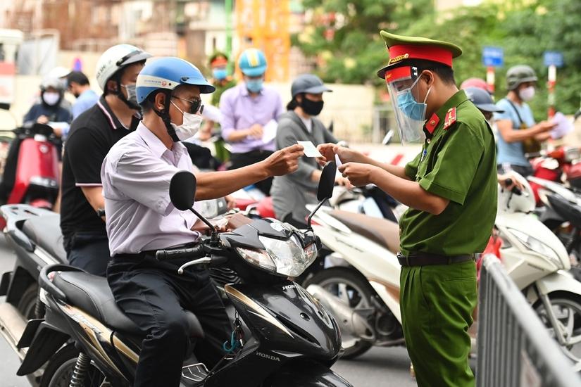 Hà Nội siết chặt việc cấp giấy đi đường, yêu cầu xuất trình thêm lịch làm việc