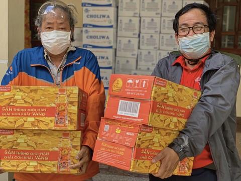 Tân Hiệp Phát gửi tặng hàng ngàn thùng nước tới người dân và tuyến đầu chống dịch tại TPHCM