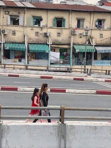 Người phụ nữ không ai lạ lại tiếp tục ra đường không khẩu trang