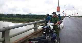 Để lại xe máy và dép lê trên thành cầu, người phụ nữ nghi nhảy sông tự tử