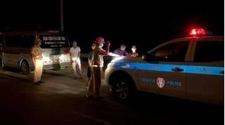 Dùng xe cứu thương chở nhiều người để 'thông chốt' chốt kiểm dịch