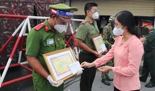 Khen thưởng 3 chiến sĩ đỡ đẻ cho sản phụ ngay tại chốt kiểm soát dịch Covid-19