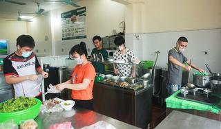 """Ảnh: Người dân """"vùng xanh"""" ở Hà Nội háo hức, mừng rỡ khi cửa hàng ăn được mở trở lại"""