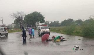 Đôi nam nữ đi xe máy tử vong giữa đường, nghi bị sét đánh