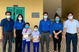 2 học sinh tiểu học ở Quảng Trị được tặng huy hiệu Tuổi trẻ dũng cảm