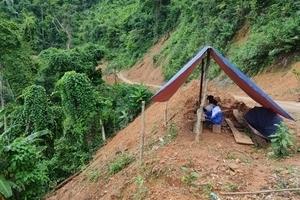 Học sinh dựng lều bên vách núi