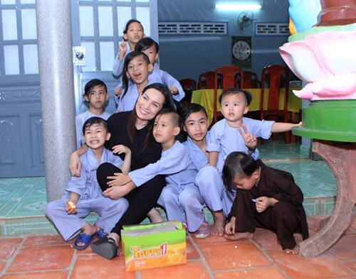 Ca sĩ Phi Nhung qua đời, ai sẽ lo cho 23 người con nuôi