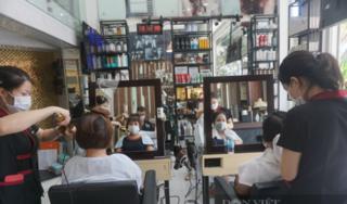Đà Nẵng: Các tiệm cắt tóc chật kín chỗ, người dân phải chờ hàng tiếng đồng hồ mới đến lượt