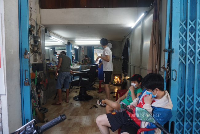 Các tiệm cắt tóc ở Đà Nẵng chật kín chỗ, người dân phải chờ hàng tiếng đồng hồ mới đến lượt