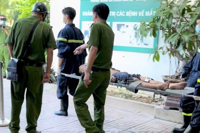 Người đàn ông mắc kẹt trong khe hở giữa 2 tòa nhà