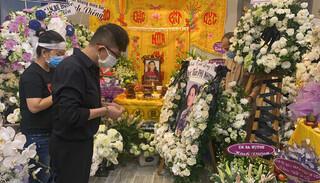 Nghẹn ngào đồng nghiệp gửi vòng hoa trắng viếng ca sĩ Phi Nhung