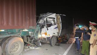 Xe tải tông vào xe đầu kéo đậu bên đường, 2 người chết trong cabin