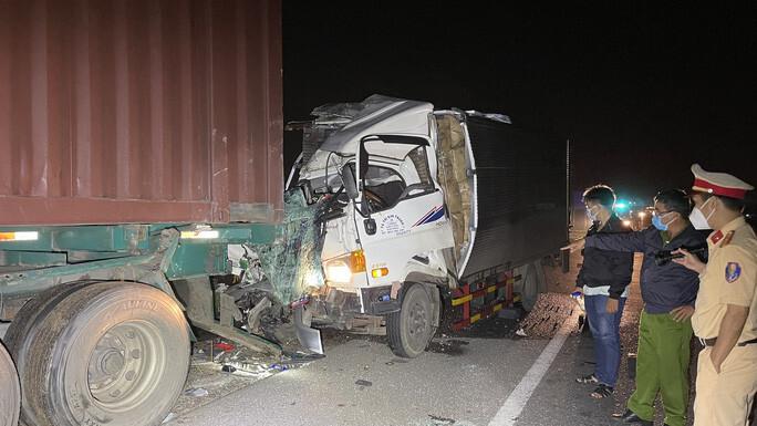 Xe tải tông vào xe đầu kéo đậu cùng chiều, 2 người tử vong tại chỗ