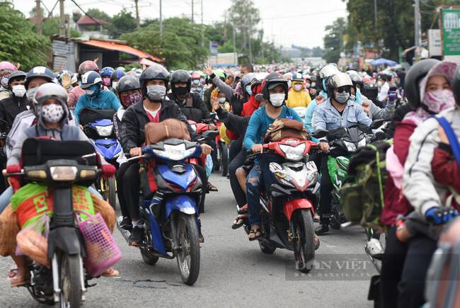 Hơn 3.000 công dân vỡ òa hạnh phúc khi được dỡ rào, có xe dẫn đường về quê