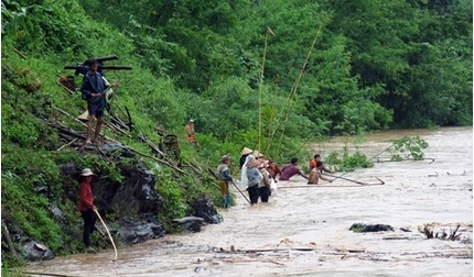 Đi vớt củi, hai cha con ở Nghệ An không may bị nước lũ cuốn trôi tử vong thương tâm.