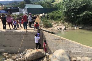 Kon Tum: Lũ cuốn sập cầu, thầy cô phải bế từng em học sinh qua suối đến trường