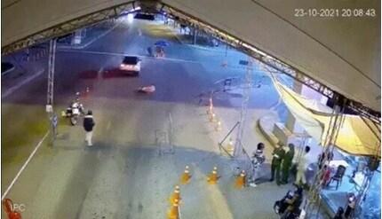 Tài xế ô tô liều lĩnh tông CSGT để 'thông chốt' kiểm dịch