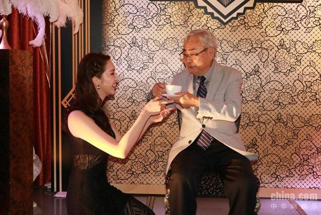 Hoa hậu Hong Kong đổi đời khi cặp cả bồ già U80 lẫn bồ trẻ cùng lúcHoa hậu Hong Kong đổi đời khi cặp cả bồ già U80 lẫn bồ trẻ cùng lúc