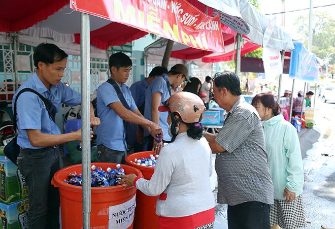 Lễ hội 'có một không hai': Chạy ra đường 'năn nỉ' khách uống nước miễn phí