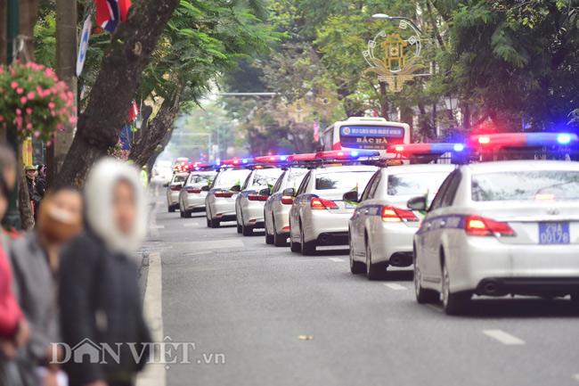 Trước thềm Hội nghị thượng đỉnh Mỹ - Triều giữa Tổng thống Mỹ Donald Trump và nhà lãnh đạo Triều Tiên Kim Jong-un, an ninh ngày càng được thắt chặt tại nhiều điểm ở Hà Nội. 10h sáng nay 25.2, đoàn xe của Công an TP. Hà Nội đã ra quân diễu hành qua một số tuyến phố ở khu vực trung tâm thành phố.