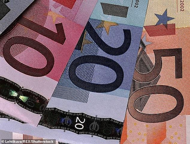 Dân làng Tây Ban Nha ngỡ ngàng khi mở cửa thấy tiền để trước nhà