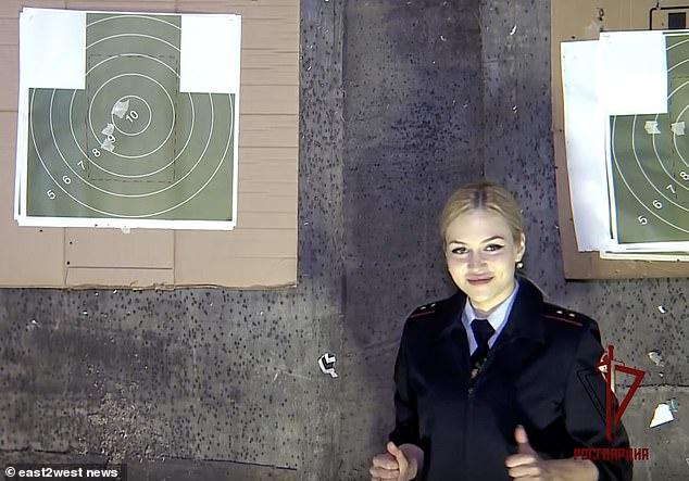 Cận cảnh nhan sắc hút hồn của nữ vệ binh đẹp nhất quân đội Nga