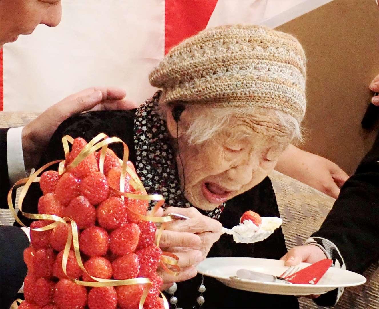Cụ bà cao tuổi nhất thế giới tự phá kỷ lục của mình