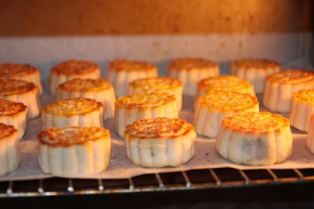 Cách làm bánh nướng nhân đậu xanh gồm các bước cơ bản, đơn giản, ai cũng làm được