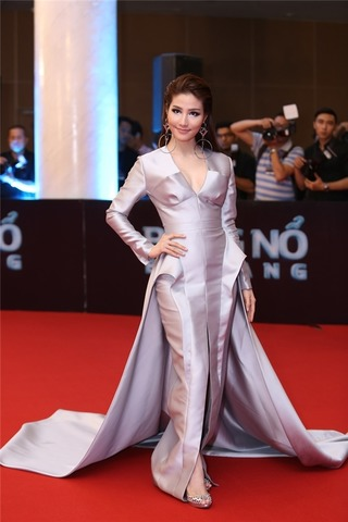 Thảm họa thời trang showbiz Việt 'tàn phá' thảm đỏ Đêm hội Chân dài