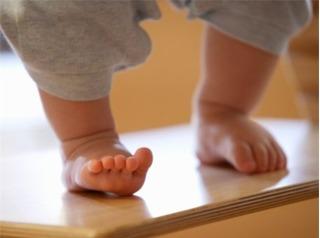 Mách nhỏ các mẹ bài thuốc chữa hôi chân cho bé